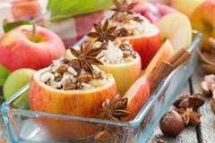 Förberett för att baka välfyllda äpplen i en glass form Fotografering för Bildbyråer