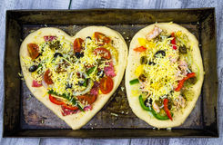 Förberett grilla för två rå nya pizza Arkivbilder