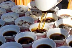 Förberett kaffe för RÃ-¼desheim som hälls in i koppar och Fotografering för Bildbyråer