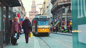 Förbigå för Milano orange spårvagn arkivfilmer