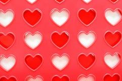 Förbind lek fyra med hjärta formade hål som isoleras på vit bakgrund. Arkivbilder