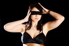 förbinda ögonkvinnan arkivfoto