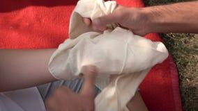 Förbinda en hand stock video