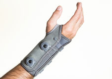 Förbinda handleden med tryckregulatorn på en man& x27; s-hand - isolat Arkivbilder