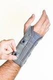 Förbinda handleden med tryckregulatorn på en man& x27; s-hand - isolat Royaltyfria Bilder