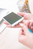 Förbindande blå USB laddande kabel Arkivfoton