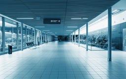 Förbindande korridor på flygplatsen Rymd och exponeringsglas Arkivbilder