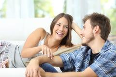 Förbindelse eller par som hemma flörtar fotografering för bildbyråer