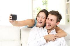 Förbindelse eller par som tar selfies med telefonen royaltyfria foton
