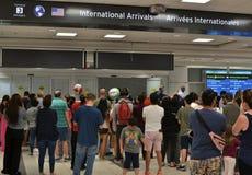 Förbindelseväntande ankomster för värld i flygplats arkivbild