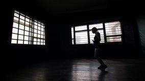 Förbinder den unga målmedvetna kvinnliga boxaren för konturn, i slåget in, händer som hoppar på överhopprep stock video