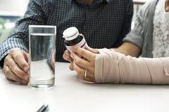 Förbinder vård- resår för omsorg olycksbegrepp arkivbilder