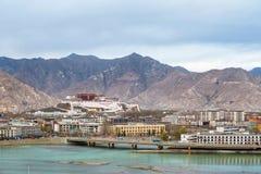 Förbise av den lhasa staden på skymning Royaltyfria Bilder
