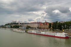 Förbise den stads- och Bratislava slotten från den gamla bron royaltyfria foton