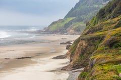 Förbise för Oregon Stillahavs- nordvästligt klippor dreal långa inrullande havsvågor royaltyfri bild