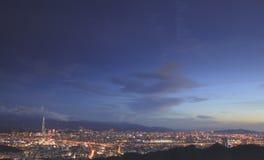 Förbise nattsikten av den Taipei staden Arkivfoto