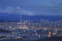 Förbise nattsikten av den Taipei staden Arkivbilder