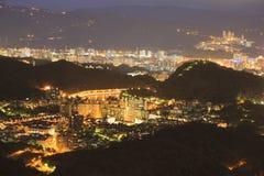 Förbise nattsikten av den Taipei staden Fotografering för Bildbyråer