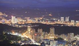 Förbise nattsikten av den Taipei staden Royaltyfri Foto