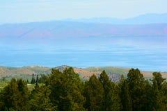 Förbise på björn sjön och uthärda Rivr berg Royaltyfria Foton