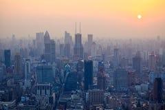 förbise shanghai i skymningen från den orientaliska pärlemorfärg tv:n stå högt Royaltyfri Fotografi