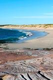 Förbise stranden från vagga klippan Arkivbilder