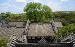 Förbise till kinesiska traditionella hus i solig våreftermiddag Fotografering för Bildbyråer