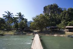 Förbjuda Phatang, Nam Song River och klippan, Lao People Democratic Republic royaltyfria foton