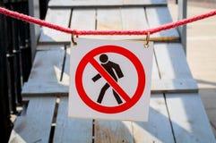 Förbjuden teckenpassage tecknet av passagen förbjudas, där är ingen förlaga, inget tillträde stängd passage till trappan Arkivfoton