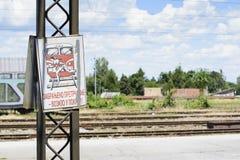 Förbjudet stöta ihop med järnvägsspårtecknet Royaltyfri Bild