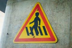 Förbjudet tecken på den gula bakgrunden fotografering för bildbyråer