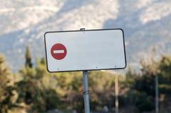 Förbjudet vägmärke för parallellogram Arkivbild