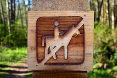 Förbjudet wood tecken för hästar Arkivfoto