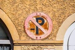 Förbjudit parkera - historiskt vägmärke arkivbilder