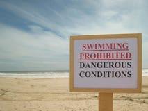 Förbjudit simma, farliga villkor, tecken på stranden Arkivbilder