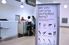 Förbjudna och inskränkta bagageobjekt för flygplatssäkerhet - arkivbilder