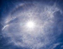 Förbluffa av naturen - regnbågeradie runt om solen i den blåa himlen på Thailand arkivfoton