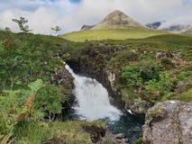 Förbluffa bakgrundsberget med vattenfallet royaltyfria foton