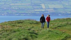 Förbluffa Binevenagh klippor i nordligt - Irland lager videofilmer