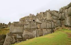 Förbluffa den enorma forntida Incastenväggen av den Sacsayhuaman fästningen, Cusco, Peru, Sydamerika royaltyfri foto