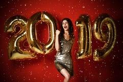 Förbluffa den gladlynta stilfulla kvinnan med ballonger som firar nytt års Eve Party royaltyfri foto