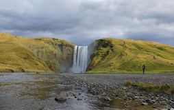 Förbluffa den Skogafoss vattenfallet i Island royaltyfria foton