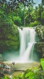 Förbluffa den Tegenungan vattenfallet nära Ubud i Bali, Indonesien royaltyfria bilder