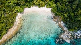 Förbluffa flyg- sikt av den tropiska stranden med inget i sommar Semesterdestination i Malaysia stranden gömma i handflatan tropi royaltyfria bilder