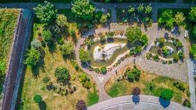 Förbluffa flyg- sikt av en japansk trädgård royaltyfria foton