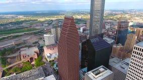 Förbluffa flyg- sikt för panorama 4k på stor modern stads- i stadens centrum finansiell områdesskyskrapa parkera i Houston Texas