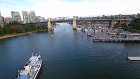 Förbluffa flyg- sikt för surr 4k på segling för turist- fartyg i floden i horisont för seascape Vancouver för modern arkitektur i arkivfilmer