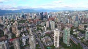 Förbluffa flyg- sikt för surr 4k på Vancouver modern arkitekturskyskrapa vid för cityscapehorisont för flod i stadens centrum sea stock video