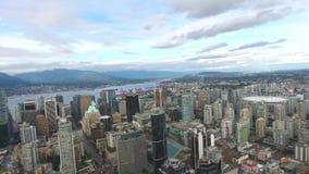 Förbluffa flyg- sikt för surr 4k på Vancouver modern arkitekturskyskrapa vid för cityscapeseascape för flod i stadens centrum hor lager videofilmer
