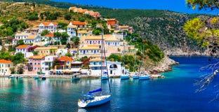 Förbluffa Grekland - pittoresk färgrik by Assos i Kefalonia royaltyfria foton